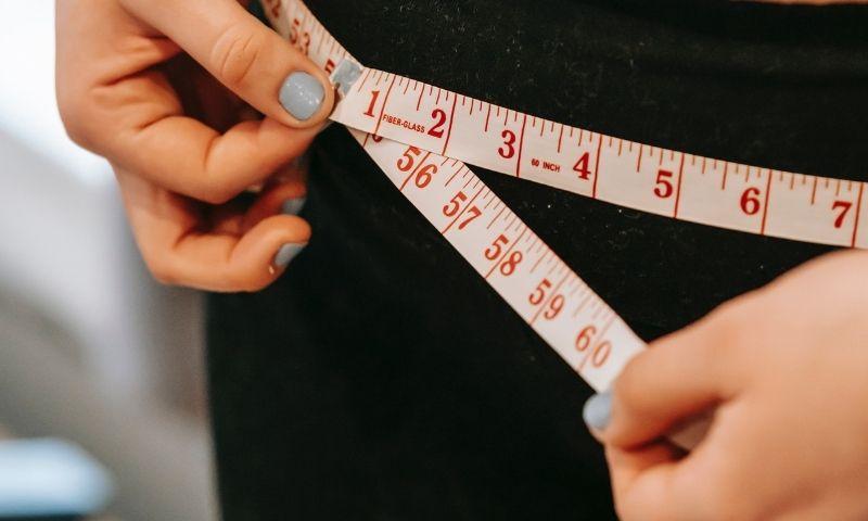 cinta midiendo cintura para peso saludable