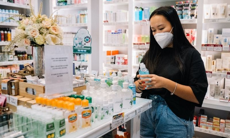 mujer mirando productos en una farmacia