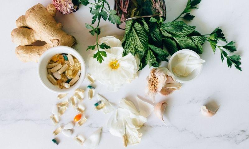 complementos alimenticios y plantas encima de una mesa
