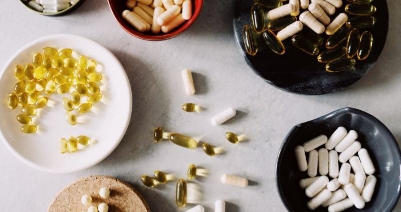 complementos alimenticios en una mesa