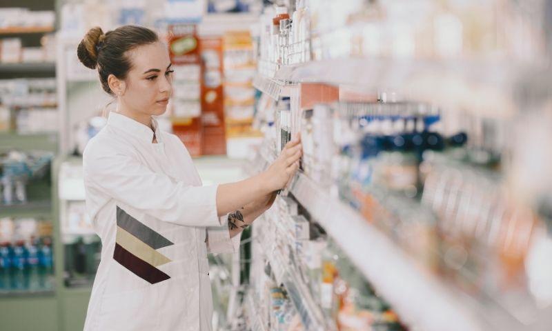farmacéutica mirando medicamentos