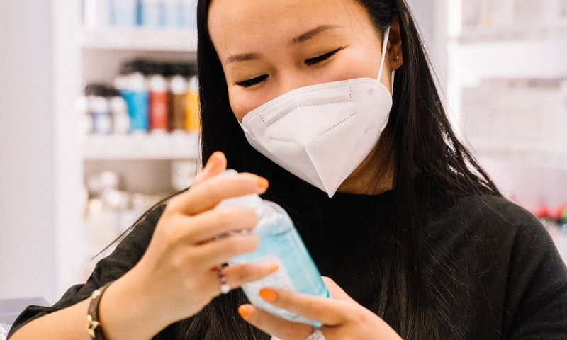 mujer mirando un producto en farmacia