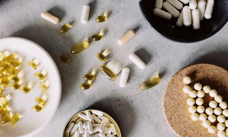 complementos alimenticios sobre una mesa