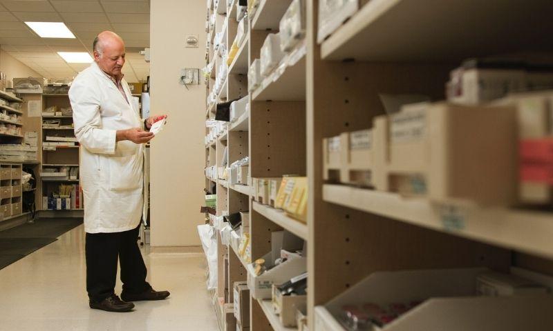 Farmacéutico titular observando medicamentos